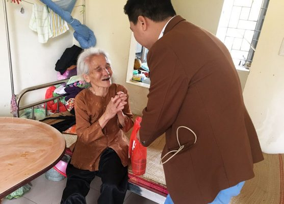 Trao quà cho bệnh nhân Xóm chạy thận và Trại phong